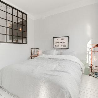 Idéer för att renovera ett mellanstort nordiskt huvudsovrum, med grå väggar, målat trägolv och vitt golv