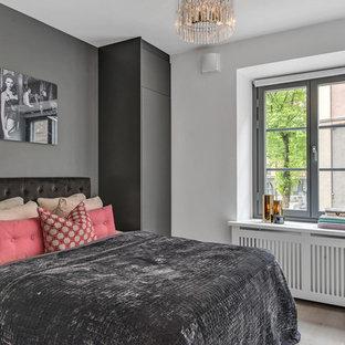 Idéer för att renovera ett mellanstort funkis sovrum, med grå väggar och ljust trägolv