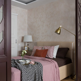 Идея дизайна: хозяйская спальня в современном стиле с бежевыми стенами и паркетным полом среднего тона без камина