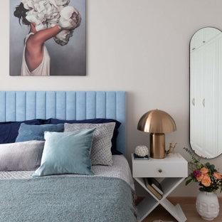 Пример оригинального дизайна: большая хозяйская спальня в современном стиле с бежевыми стенами и бежевым полом