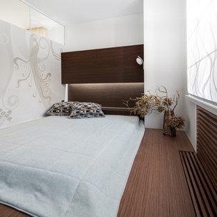 Стильный дизайн: хозяйская спальня в современном стиле с белыми стенами - последний тренд