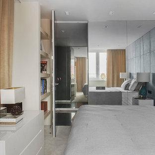 На фото: хозяйские спальни в современном стиле с серыми стенами, ковровым покрытием и бежевым полом