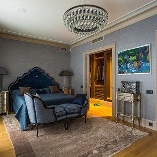 Свежая идея для дизайна: хозяйская спальня в классическом стиле с серыми стенами, паркетным полом среднего тона и коричневым полом - отличное фото интерьера