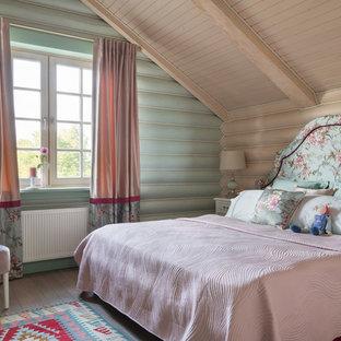 Идея дизайна: спальня в стиле кантри с зелеными стенами, паркетным полом среднего тона и коричневым полом