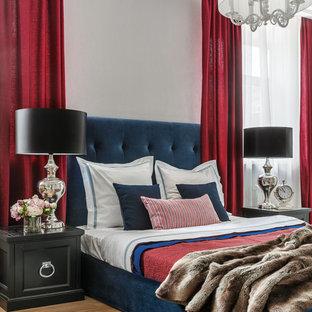 Свежая идея для дизайна: хозяйская спальня в стиле современная классика с белыми стенами, светлым паркетным полом и бежевым полом - отличное фото интерьера
