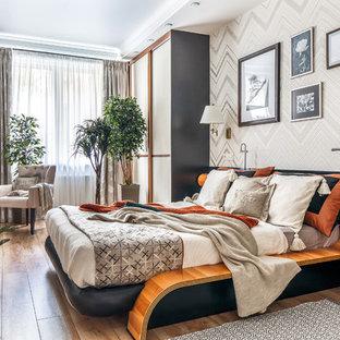 Идея дизайна: хозяйская спальня среднего размера в стиле современная классика с бежевыми стенами, полом из ламината и бежевым полом