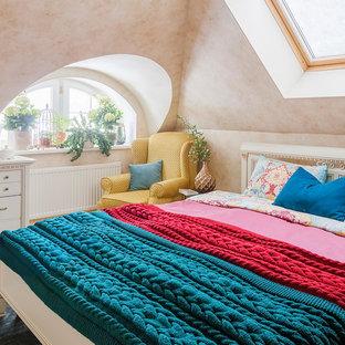 Свежая идея для дизайна: спальня в стиле современная классика с бежевыми стенами, паркетным полом среднего тона и серым полом - отличное фото интерьера
