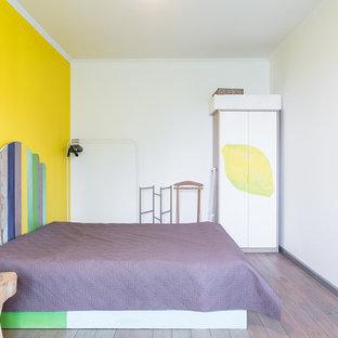 Foto de dormitorio principal, escandinavo, con paredes amarillas y suelo de madera en tonos medios