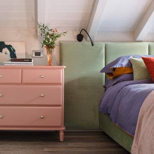 На фото: маленькая спальня на антресоли в средиземноморском стиле с бежевыми стенами и паркетным полом среднего тона