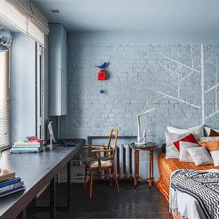 Großes Stilmix Hauptschlafzimmer mit blauer Wandfarbe und schwarzem Boden in Moskau