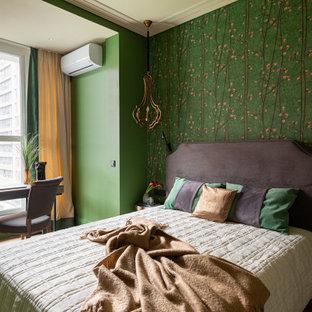 Imagen de dormitorio principal, clásico renovado, pequeño, con paredes verdes, suelo de madera en tonos medios y suelo marrón