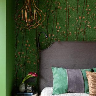 Источник вдохновения для домашнего уюта: маленькая хозяйская спальня в стиле современная классика с зелеными стенами, паркетным полом среднего тона и коричневым полом