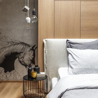 Свежая идея для дизайна: хозяйская спальня среднего размера в современном стиле с паркетным полом среднего тона, серыми стенами и коричневым полом - отличное фото интерьера