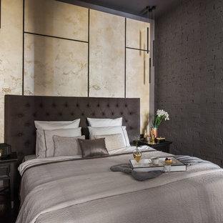 Свежая идея для дизайна: хозяйская спальня в современном стиле с темным паркетным полом, серыми стенами и коричневым полом - отличное фото интерьера