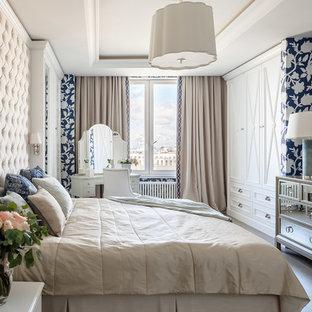 Идея дизайна: гостевая спальня (комната для гостей) в классическом стиле с бежевым полом и правильным освещением