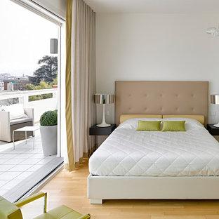 Foto di una camera matrimoniale contemporanea di medie dimensioni con pareti bianche e parquet chiaro