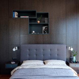 Стильный дизайн: гостевая спальня среднего размера в современном стиле с паркетным полом среднего тона и коричневым полом - последний тренд