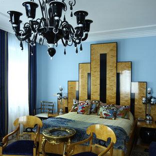 Ispirazione per una camera matrimoniale tradizionale di medie dimensioni con pareti blu, parquet chiaro, camino lineare Ribbon, cornice del camino in pietra e pavimento beige