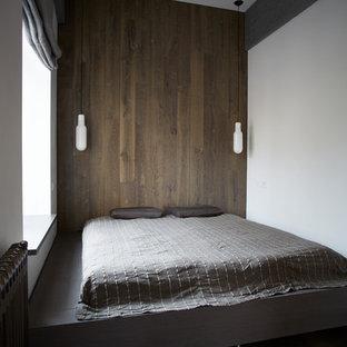 Неиссякаемый источник вдохновения для домашнего уюта: хозяйская спальня в стиле модернизм с белыми стенами, темным паркетным полом и серым полом