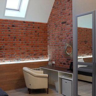 Foto di una camera degli ospiti industriale di medie dimensioni con pareti rosse, pavimento in gres porcellanato, nessun camino, cornice del camino in mattoni e pavimento beige