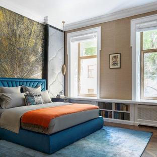 Идея дизайна: спальня в стиле современная классика с бежевыми стенами и коричневым полом