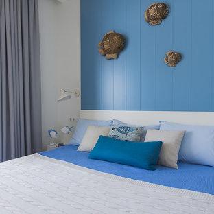Идея дизайна: маленькая хозяйская спальня в морском стиле с белыми стенами