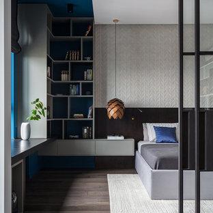 Идея дизайна: хозяйская спальня среднего размера в современном стиле с темным паркетным полом, серыми стенами и коричневым полом