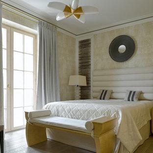 Идея дизайна: хозяйская спальня в стиле современная классика с бежевыми стенами, светлым паркетным полом и бежевым полом