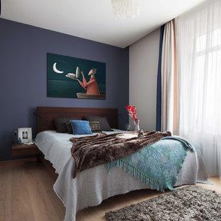 Источник вдохновения для домашнего уюта: спальня в современном стиле с синими стенами, светлым паркетным полом, бежевым полом и синими шторами без камина