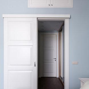 Immagine di una camera da letto chic con pavimento in legno verniciato e pavimento marrone