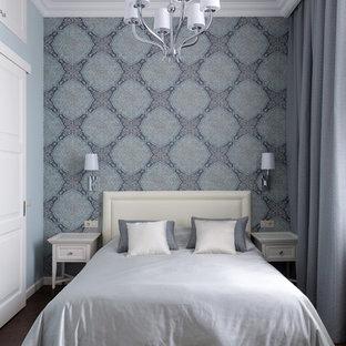 Aménagement d'une chambre avec un mur bleu, un sol en bois foncé et un sol marron.