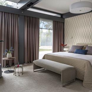 Свежая идея для дизайна: большая гостевая спальня в современном стиле с бежевыми стенами, светлым паркетным полом и бежевым полом - отличное фото интерьера