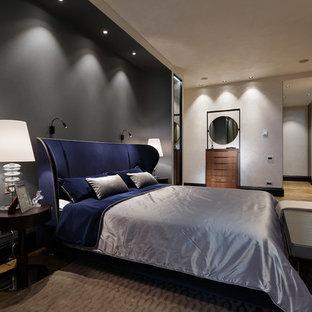 Свежая идея для дизайна: хозяйская спальня среднего размера с разноцветными стенами и паркетным полом среднего тона - отличное фото интерьера