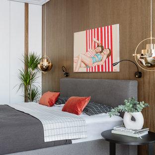 Идея дизайна: спальня в современном стиле с коричневыми стенами, паркетным полом среднего тона, коричневым полом и деревянными стенами