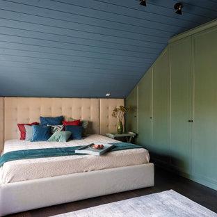 モスクワのコンテンポラリースタイルのおしゃれな寝室 (濃色無垢フローリング、茶色い床、塗装板張りの天井、三角天井) のインテリア