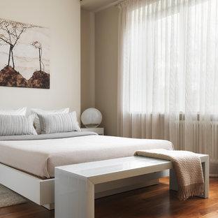 На фото: хозяйские спальни в современном стиле с бежевыми стенами, паркетным полом среднего тона и коричневым полом