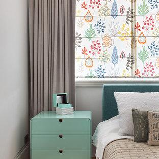 Удачное сочетание для дизайна помещения: хозяйская спальня в скандинавском стиле с паркетным полом среднего тона, коричневым полом и серыми стенами - самое интересное для вас