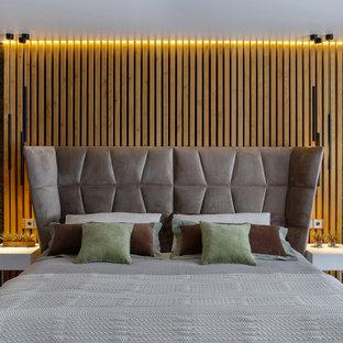 Свежая идея для дизайна: хозяйская спальня среднего размера в современном стиле с серыми стенами и бежевым полом - отличное фото интерьера