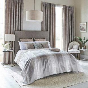 Идея дизайна: спальня в современном стиле с бежевыми стенами, деревянным полом и белым полом