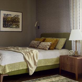 Пример оригинального дизайна: гостевая спальня в современном стиле с серыми стенами, темным паркетным полом и обоями на стенах