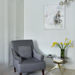 Неиссякаемый источник вдохновения для домашнего уюта: маленькая хозяйская спальня в современном стиле с белыми стенами, полом из керамогранита и белым полом
