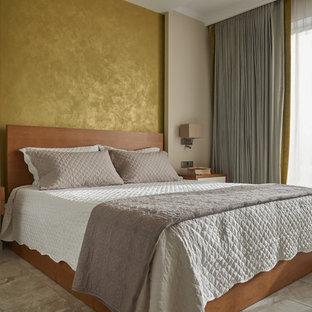 На фото: спальня в современном стиле с бежевыми стенами и бежевым полом для хозяев с