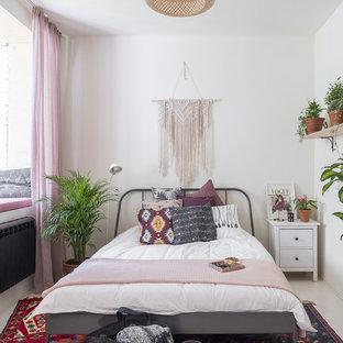 Idee per una camera matrimoniale boho chic con pareti bianche e pavimento bianco