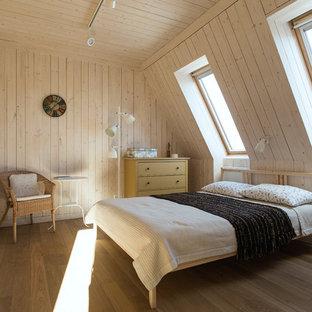 Immagine di una camera matrimoniale rustica di medie dimensioni con pareti bianche, pavimento in legno massello medio, nessun camino e pavimento giallo