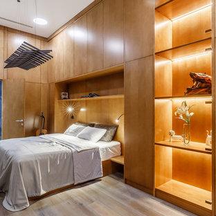 Пример оригинального дизайна: спальня в современном стиле с коричневыми стенами, светлым паркетным полом и бежевым полом