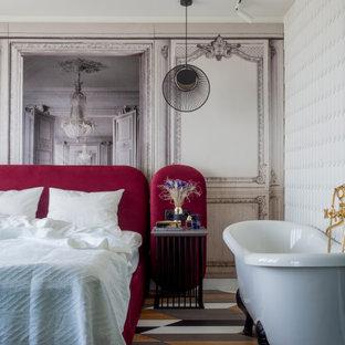 Idée de décoration pour une petit chambre parentale design avec un mur multicolore, un sol en bois brun, aucune cheminée et un sol multicolore.