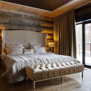 Неиссякаемый источник вдохновения для домашнего уюта: хозяйская спальня в стиле рустика с коричневыми стенами, светлым паркетным полом и бежевым полом