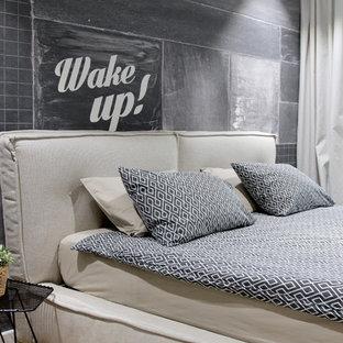 Стильный дизайн: хозяйская спальня в стиле лофт с черными стенами - последний тренд
