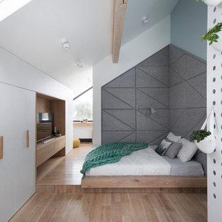 Идея дизайна: хозяйская спальня на мансарде в современном стиле с белыми стенами, паркетным полом среднего тона и коричневым полом