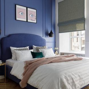 На фото: спальня в стиле современная классика с синими стенами, паркетным полом среднего тона и коричневым полом